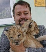 Libor Hrubý pózuje v roce 2010 s koťaty lva pustinného.