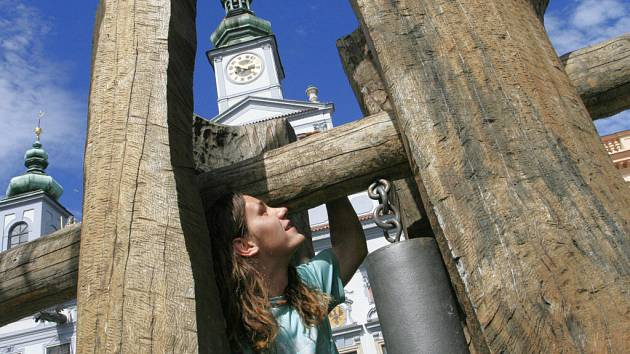 Téměř dvou a půl tunovou zvonici v úterý nainstalovali její autoři na českobudějovické náměstí Přemysla Otakara II v rámci kulturního léta ve městě.