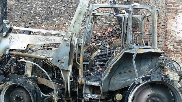 Stodolu v Popovicích u Dolního Bukovska zachvátily ve středu večer plameny. Vznikly patrně kvůli elektrickému zkratu v traktoru a způsobily škodu přes 1, 5 milionu korun.