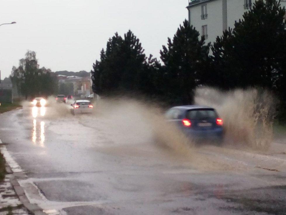 Čtvrt metru hluboká kaluž se ve čtvrtek večer vytvořila v křižovatce ulic Branišovská a Větrná.