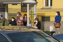 Na Českobudějovicku už lidé respirátory nasadili v hromadné dopravě i dalších exponovaných místech.