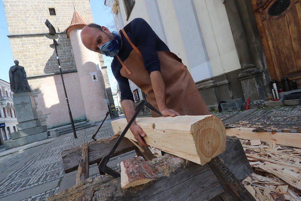 Robert Malý tesá kříž a Víta Marčík je hrkáč