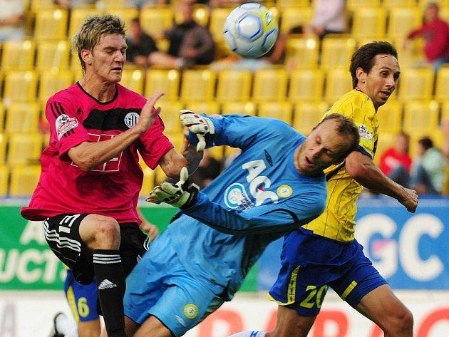 Zdeněk Ondrášek z tohoto souboje s brankářem Slavíkem a stoperem Matulou vyšel vítězně a vstřelil v Teplicích vyrovnávací gól Dynama.