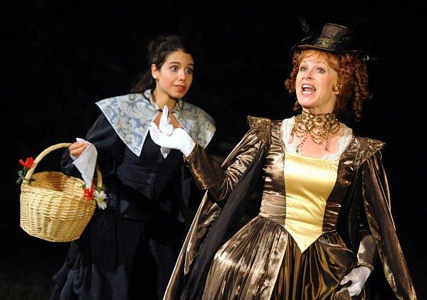 Jihočeské divadlo hraje do 28.června před otáčivým hledištěm romantickou komedii Tři mušketýři. Na snímku Tereza Vítů jako Constance a Věra Hlaváčková jako královna Anna.