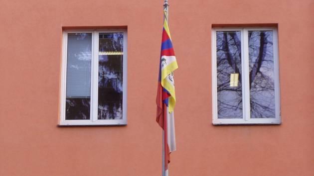 Tibetská vlajka před krajským úřadem.