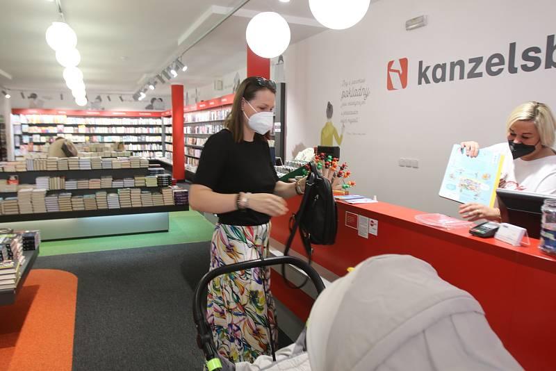Znovuotevřeno v Českých Budějovicích,knihkupectví Kanzelsberger prodavačka Marie Hajšmanová