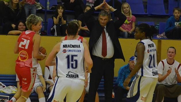 JE TO SPORT. Kouč Ivan Beneš (uprostřed) neskrýval zklamání, ale udržel si i nadhled.
