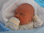 3,34 kg vážil po narození Adam Pechlát. Svým příchodem na svět se rozhodl překvapit ve 14 hodin a 48 minut v neděli 17. 4. 2016. Šťastnými rodiči jsou Přemysl a Jana Pechlátovi, kteří už vychovávají dvouletou Elu. Ta se na bratříčka moc těšila.