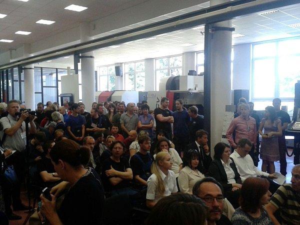 Vshowroomu společnosti Kovosvit MAS čekají zaměstnanci na besedu sMilošem Zemanem.