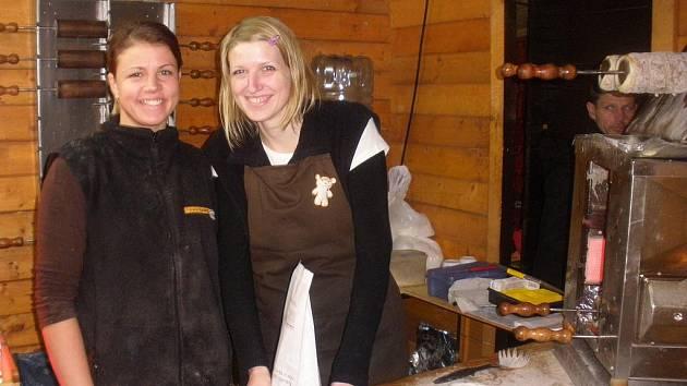 Eva Chrástková a Lucie Jeglová spolu vyráběly trdelník.