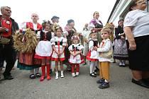 Baráčníci z Boršova letos pozvali na dožínky 16 povozů s koňmi. Ty se sem sjeli z celých jižních Čech a vyšperkovali tak tradiční vesnickou slavnost.