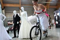 Snoubenci zaplnili v sobotu pavilon T na českobudějovickém výstavišti. Konal se tu tradiční Svatební veletrh.