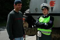 """Rebelující pilot Tony Mareš (Miroslav Etzler) a """"brutální"""" dopravní policistka Marie (Zuzana Norisová). Mezi nimi vznikne vztah."""