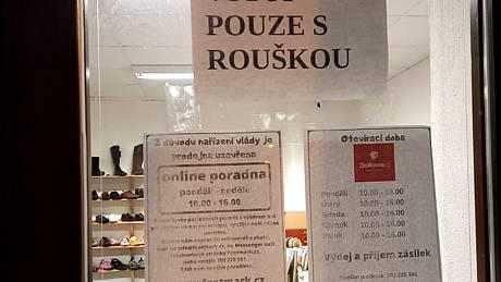 Letos již podruhé vládní opatření uzavřelo také prodejnu s barefootovou obuví v Jindřichově Hradci, a to právě ve chvíli, kdy začíná sezóna prodeje bot na zimu.
