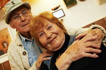 Emeritní herečka Jihočeského divadla Hana Bauerová slaví 5. února 85. narozeniny. Na snímku z roku 2009 s manželem Josefem Bulíkem, který zemřel v roce 2012.