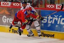 Hokejisté HC Mountfield Č. Budějovice v pátek hostí v osmém kole nejvyšší soutěže Kladno (17.30). Na snímku z posledního domácího utkání s Libercem bojuje Jindřich Kotrla (v červeném) s libereckým Valdemarem Jirušem.