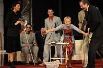 Hostina dravců, první činoherní premiéra Jihočeského divadla v nové sezoně, je temná, zábavná i zneklidňující.
