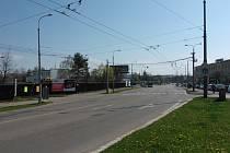 Křižovatka Husovy třídy a ulice A. Sovy v Českých Budějovicích (na snímku) by se mohla začít už na podzim proměňovat. Přibudou semafory i odbočovací pruhy.