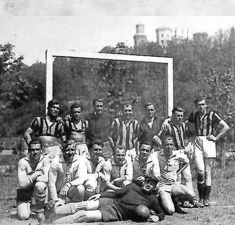 Soupeři. Foto domácích hráčů (ti jsou v dolní řadě) a jejichprotihráčů z Dělnické tělovýchovné jednoty Vráto.