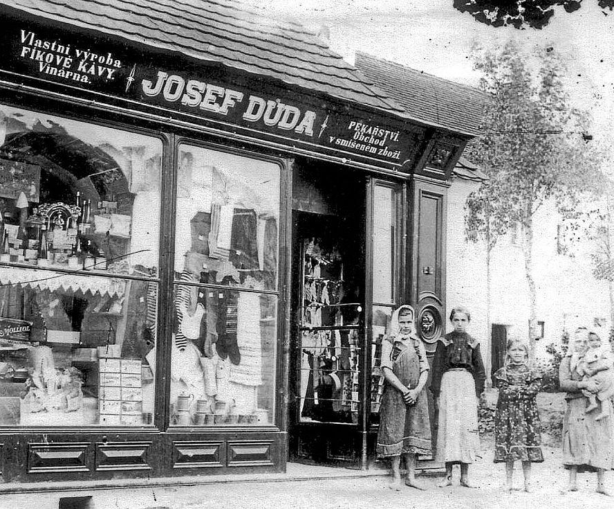 Obchod Josefa Dudy (1908). Jedním z největších podnikatelů na počátku 20. století v Ledenicích byl Josef Duda (1873 – 1940).