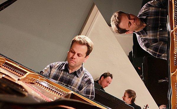 Zážitek nabídla 4.a 5.prosince Jihočeská komorní filharmonie díky klavírnímu koncertu Edvarda Griega. Snímek ze zkoušky, na snímku klavírista Jan Simon.