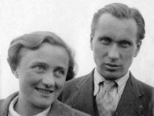 Vknize Ostnaté vzpomínky vzpomíná malíř Karel Valter (1909 - 2006) na nejhorší část svého života, nacistickou okupaci a své věznění vTáboře, Terezíně a Buchenwaldu. Na snímku jako novomanželé smanželkou Pavlou, konec 30.let 20.století.