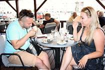 Ke kávě, u mnohých rovněž k pivu a štamprli, patří podle kuřáků jednoznačně cigareta. Protikuřácký zákon jim od včerejška komplikuje život, hospodským zřejmě sníží tržby a nekuřákům zasmradí vzduch v okolí hospod.