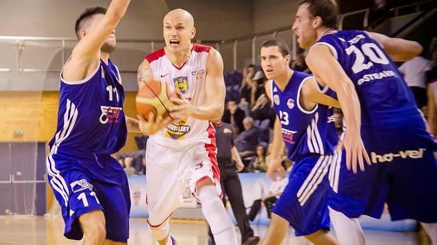 BITVA. Kapitán basketbalistů Lions Jindřichův Hradec Jan Pavlík (uprostřed) se snaží v utkání s Ostravou přelstít soupeře.
