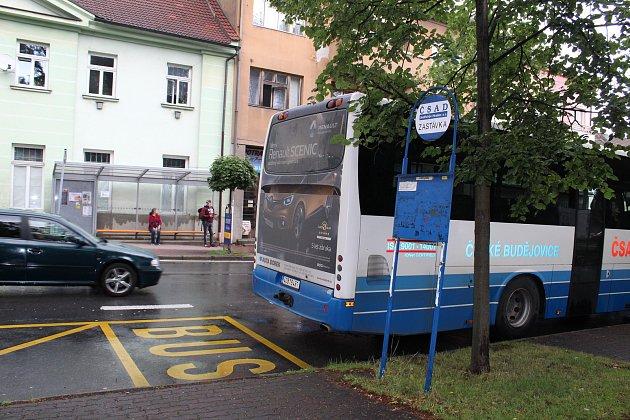 Výhodou Lišova je dobré dopravní spojení s krajským městem.
