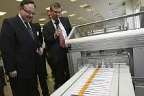 Tiskem obálek se žlutým pruhem oficiálně zahájila českobudějovická pobočka České pošty realizaci projektu datových schránek.