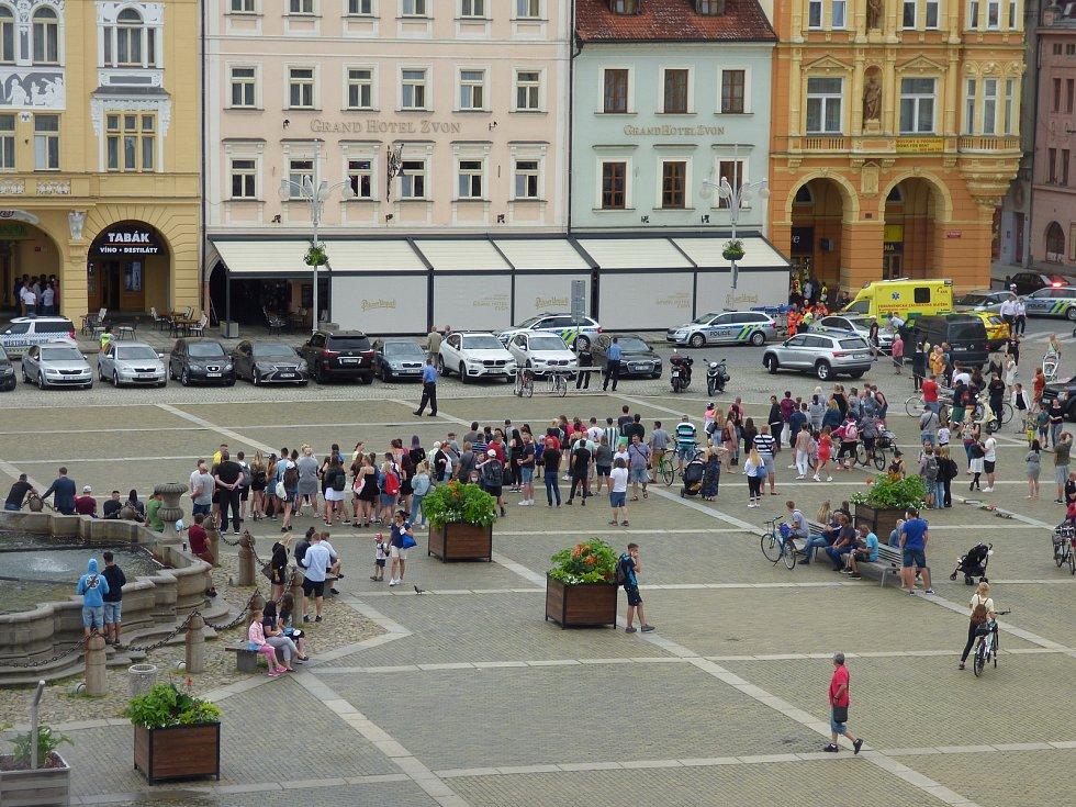 Ve středu zněla na náměstí Přemysla Otakara II. střelba. Policie zde zasahovala kvůli muži, který v prodejně tabáku držel ženu jako rukojmí.