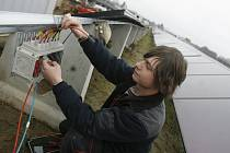 Největší sluneční elektrárna ve střední a východní Evropě má rozlohu 12 hektarů a k výstavbě bylo použito 40 000 solárních panelů. Na snímku elektromechanik Václav Řezníček při propojování fotovoltaických článků.