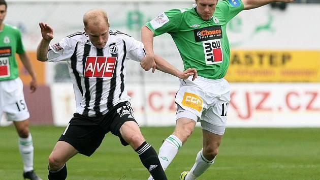Grigorij Čirkin (na archivním snímku bojuje s jabloneckým Pitákem) třemi góly srazil na Složišti lídra III. ligy na kolena.