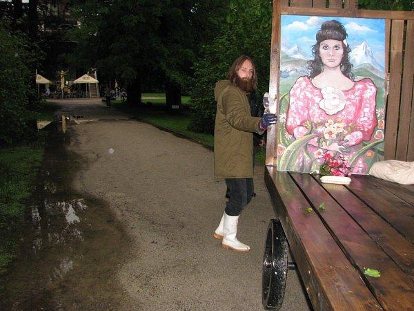 Na krumlovské točně vyměnili herci Jihočeského divadla kostýmy za pláštěnky a holínky. Louka, kde se má hrát, je podmáčená.