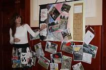 Veřejné setkání s občany zahájilo představení školních prací, v nichž žáci a studenti zobrazili své nápady i to, co se jim nelíbí. Na snímku třídní 6.B ZŠ Malá Strana.