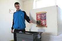 Volby v Kamenné. Hlasuje Michal Hanzal.