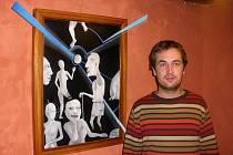 Jan Dobrovolný u svého obrazu, který vystavuje v Panské ulici.