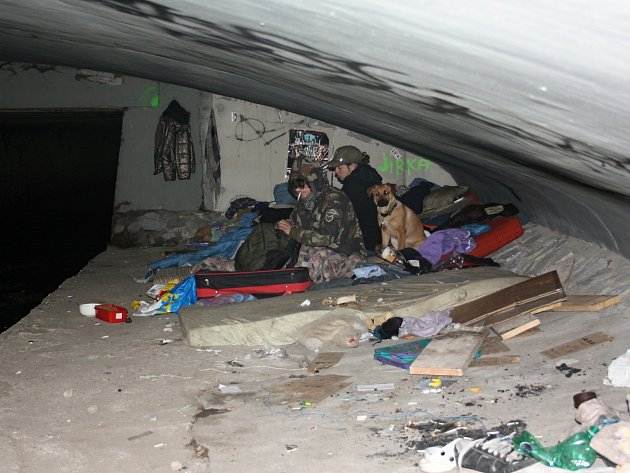 Mladé bezdomovce pod mostem v ulici U Tří lvů probudili strážníci. Do deseti minut se museli převléknout, sbalit a odejít.