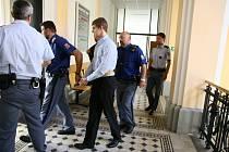Obžalovaný čtyřiadvacetiletý Lukáš Novák před a po jednání českobudějovického krajského soudu.