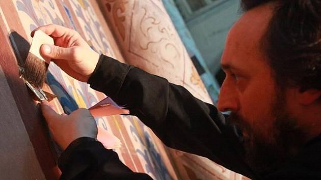 Když akademický malíř Tomáš Fafek s kolegy zdobí cenným kovem fasádu českobudějovického kostela Svaté Rodiny, dostane se mu zlato i do vousů. Z jednoho gramu zlata se připraví 75 čtverečků, které pozlacovači nanášejí na omítku.