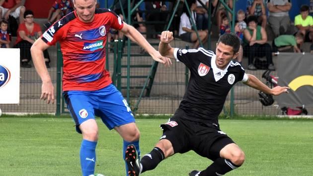 Petr Javorek, o jehož příchod Dynamo jedná s Táborskem, ve středeční přípravě v Plzni atakuje plzeňského Krmenčíka.