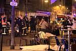 Nejtragičtějším ze série šesti atentátů, jimž v noci v Paříži podlehlo přinejmenším 126 lidí se stal útok v koncertní hale Bataclan, kde právě hrála americká rocková skupina Eagles of the Death Metal.