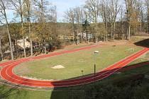 Nový atletický ovál budou děti  využívat od jara.