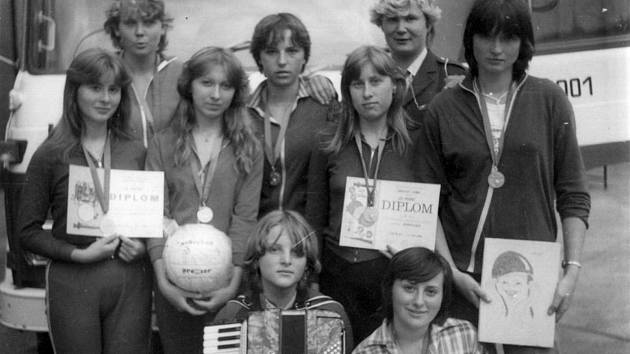 Družstvo dorostenek v roce 1982. Tehdy se mokerské hasičky umístily na 1. místě v krajské soutěži dorostenek v Týně nad Vltavou.