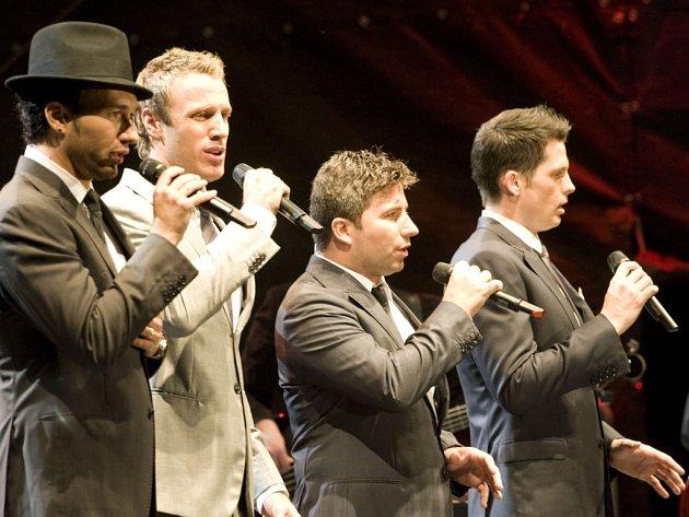 Kanadští tenoristé jsou bezpochyby výborným komerčním projektem. Otázkou je, zda by závěru krumlovské přehlídky více neslušelo něco méně estrádního.