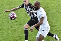 Maksym Talovierov a hostující Ruben Cicilia: Dynamo - Slovácko 0:1.