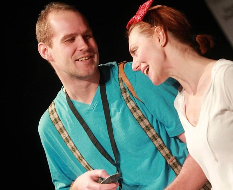 Projekt scénického čtení Listování oslavil 30. listopadu v Českých Budějovicích deset let. Na snímku Pavel Oubram a Věra Hollá.