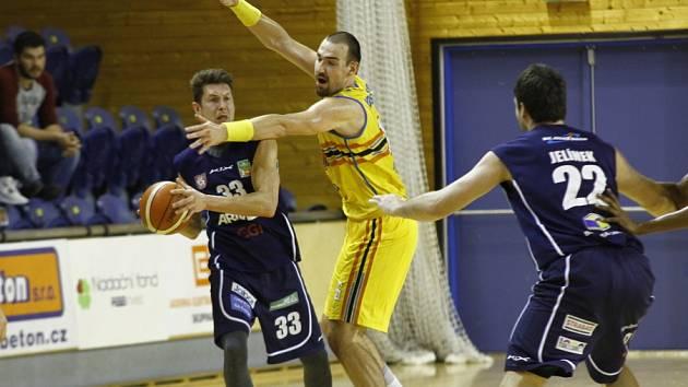 BITVA. Tomáš Vošlajer (ve žlutém) brání nejlepšího děčínského střelce Luboše Striu. Vpravo souboji přihlíží Jiří Jelínek. Jihočeši zvládli dramatickou koncovku a vyhráli 81:80.