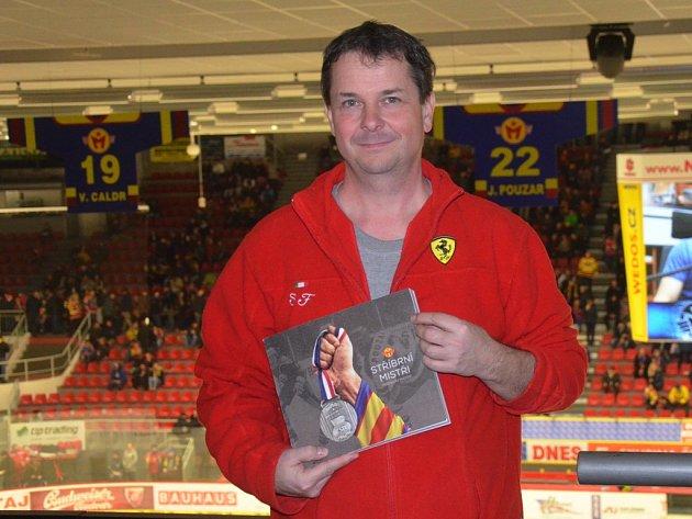 Miroslav Mayer se svou knihou Stříbrní mistři