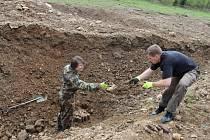 Jihočeští pyrotechnici Marek Schlauch (vlevo) a David Kabourek umisťují výbušniny do vyhloubených jam v Boleticích.